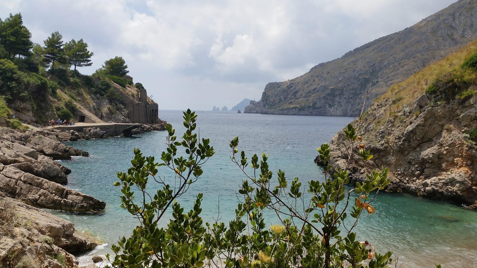 Baia di Ierano e sullo sfondo i Faraglioni di Capri Ph Ennio Ranucci